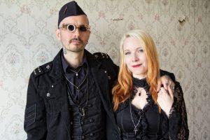 Dr. Mark Benecke und seine Frau Ines tragen nun auch die Blut-Anhänger von DNA4U. benecke.com Foto: Rocksau Pictures